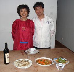 Li Wen en ik na een middagje Hakkapannekoekenbakken en experimenteren met nepvarkensvleesrolletjes voor ons grote diner van maandag