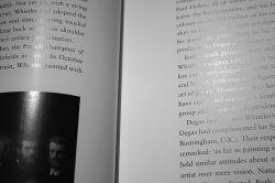 geurend glanspapier onder lamp. foto Gijsbert van der Wal