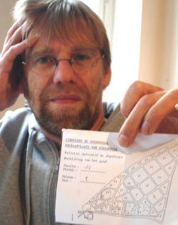 Filip Rogiers met de plattegrond van het kerkhof van Schaarbeek.