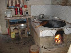 de keuken in het huis van mijn familie in Jiaoling die we na een geweldige tocht door de bergen van Fujian en Guangdong hebben gevonden