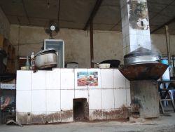 en dit is de keuken van een wegrestaurantje in Longshan waar we onderweg aten. Li Wen moest erg zijn best doen om uit te leggen dat ik echt geen vlees en geen vis wilde, dus ook niet in de bouillon en toen kreeg ik wat je de bare essence of vegetarian sou