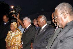 de plechtigheid bij het monument in Paramaribo in 2005 (foto Noraly Beyer)
