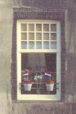 zelfde raam, nu met geraniums en vlaggetjes (?)