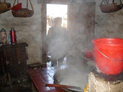 de keuken van de ouders van Li Wen in Tian Xia, een typisch Hakkadorpje in het zuidwesten van Fujian, bij de grenzen van Jiangxi en Quangdong