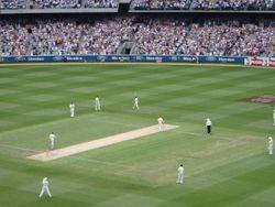 het ovale veld, zo groot als twee voetbalvelden.. verrekijkers nodig