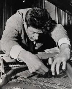 John Cage (1912-1992) prepareert