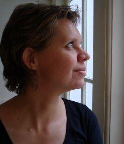 Saskia Pieterse ziet uit op het binnenplaatsje van het Multatulihuis.