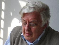 Rudy Kousbroek op de weranda in z'n achtertuin