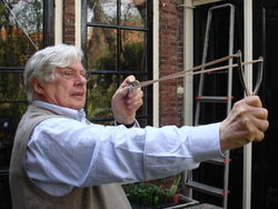 Rudy demonstreert een zelf gemaakte katapult (2007)