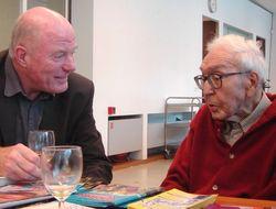 Willem Brakman met vriend Tom van Deel', bij de presentatie van 'Naar de zee' (2006).