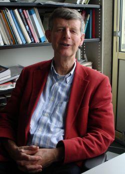 Fik Meijer in zijn werkkamer aan de UvA, hoog boven de Spuistraat.