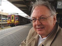 biograaf Wiel Kusters op het Maastrichtse station. het treintje naar Luik wacht