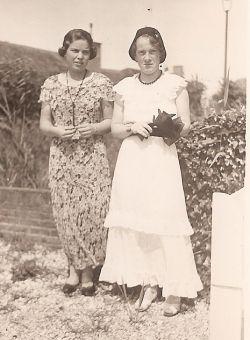 mijn moeder (links) en m'n tante Bé op Kijkduin omstreeks 1937